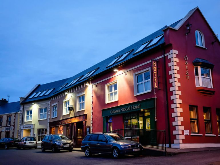 Ceann Sibeal Hotel Ballyferriter at Night