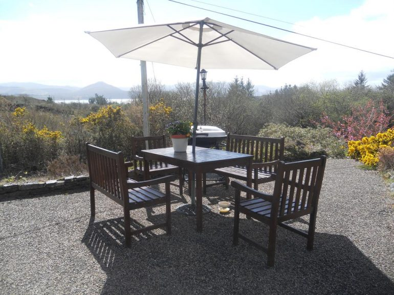 tahilla b&B Hillside Haven outdoor table