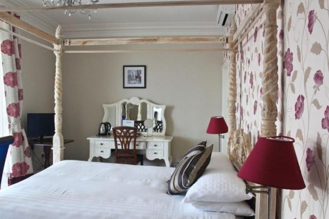 Royal Hotel Valentia bedroom